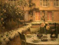 Стол в белом саду