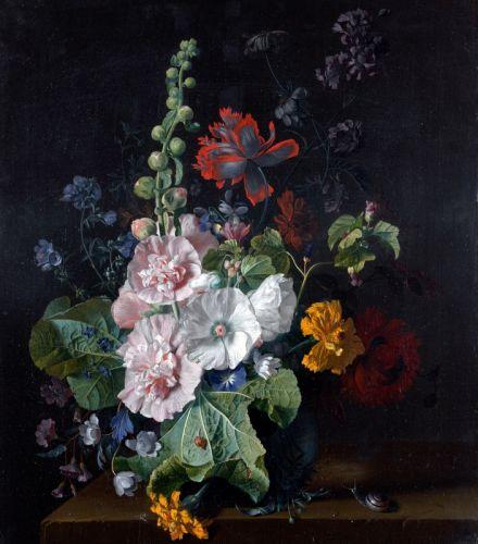 Мальвы и другие цветы в вазе