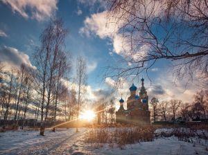 Зимний пейзаж с церковью