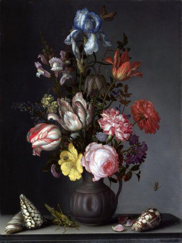 Цветы в вазе с раковинами и насекомыми