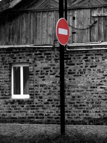 Знак запрета на фоне дома
