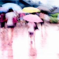 Люди під парасольками