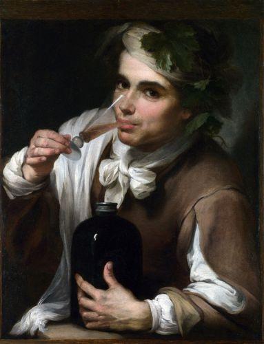 Молодой человек пьет напиток
