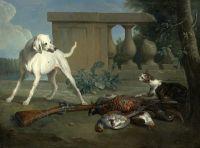 Собака защищает груду битой дичи от кошки
