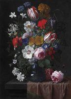 Букет цветов в синей стеклянной вазе на каменном выступе