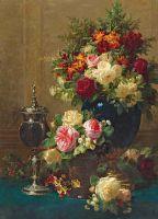 Натюрморт из цветов с кубком из кокоса на столе