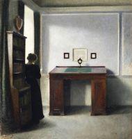 Молодая женщина и письменный стол в интерьере