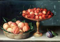 Корзина с абрикосами, серебряная тацца с черешней и слива на столе
