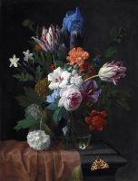 Букет цветов в стеклянной вазе на каменном выступе с бабочкой
