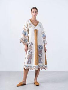 Вышиванки ручной работы Льняное миди-платье молочного цвета с аппликацией Gloria