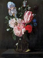 Букет цветов в стеклянной вазе на выступе