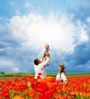Счастливая украинская семья на поле