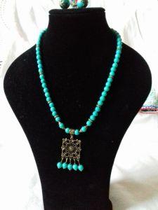 Комплект: серьги и ожерелье из тонированного говлиту бирюзового цвета
