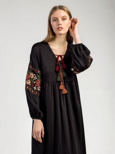 Черное платье с вышивкой HIPPI