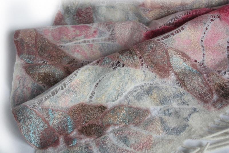 Шелково-шерстяной палантин ИНЕЙ НА ЛЕПЕСТКАХ  Шелк, мериносовая шерсть, Мастерская Теплых Подарков - фото 4