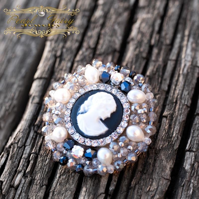 Брошь из натурального жемчуга и кристаллов с камеей круглая Разноцветный Брошь с камеей, расшитая Гармаш Елена - фото 3