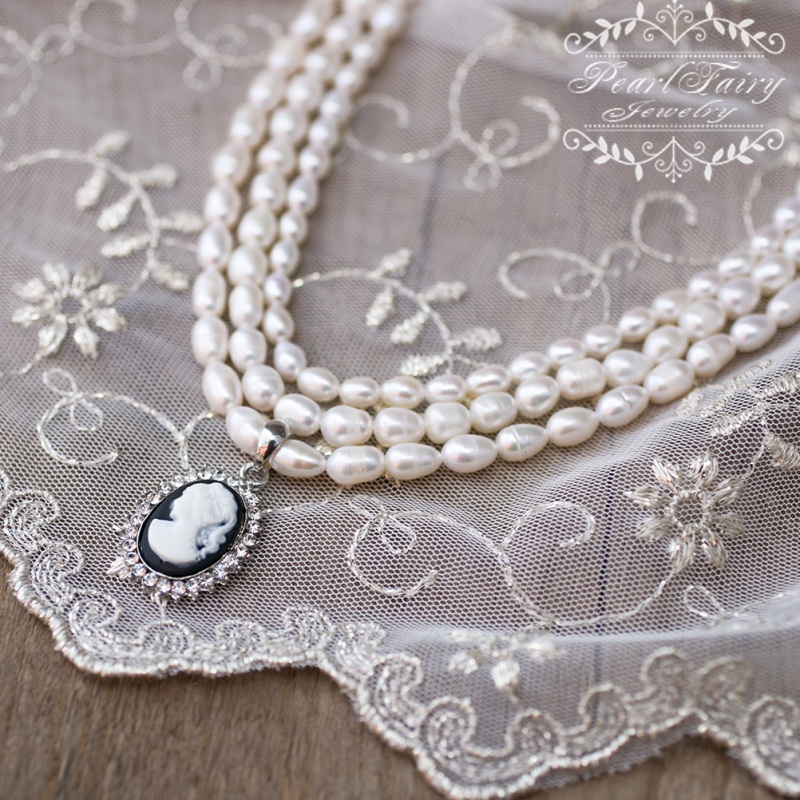 Колье праздничное или свадебное из натурального жемчуга с камеей Белый натуральный жемчуг, камея Гармаш Елена - фото 1
