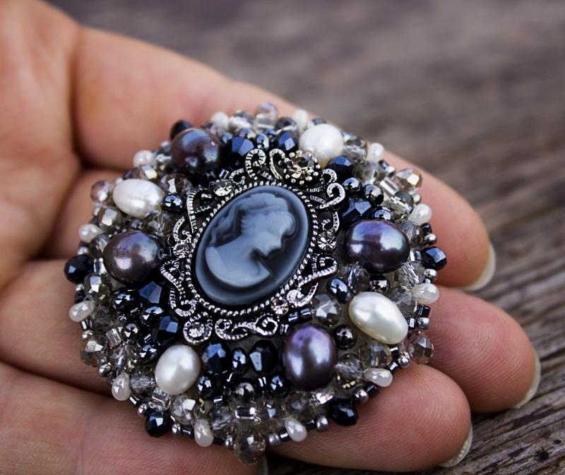 Брошь с натуральным жемчугом кристаллами и камеей Черно-белый натуральный жемчуг, крист Гармаш Елена - фото 1