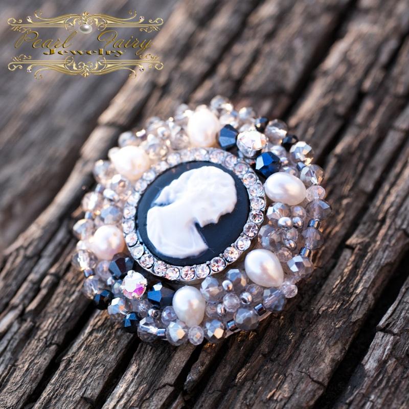 Брошь из натурального жемчуга и кристаллов с камеей круглая Разноцветный Брошь с камеей, расшитая Гармаш Елена - фото 1