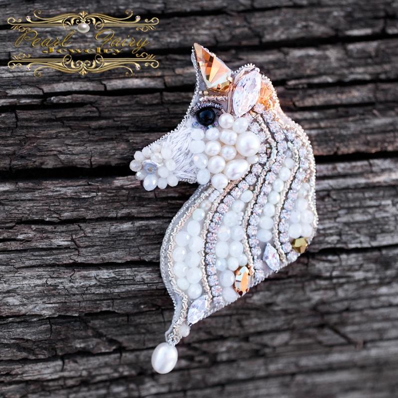Брошь Единорог с кристаллами Swarovski и жемчугом Белый Брошь, расшитая кристалла Гармаш Елена - фото 1