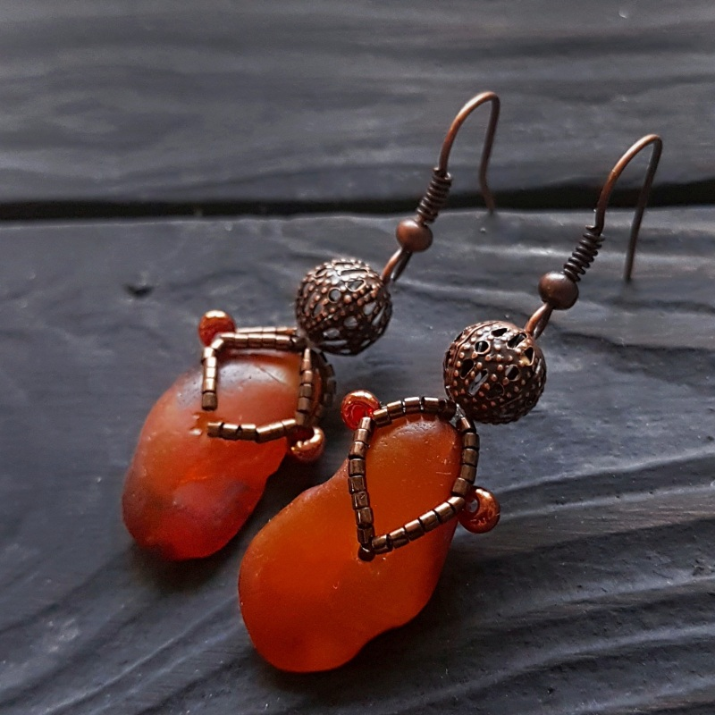 Серьги с натуральным нешлифованным янтарем Красный натуральный янтарь, метал Гармаш Елена - фото 1
