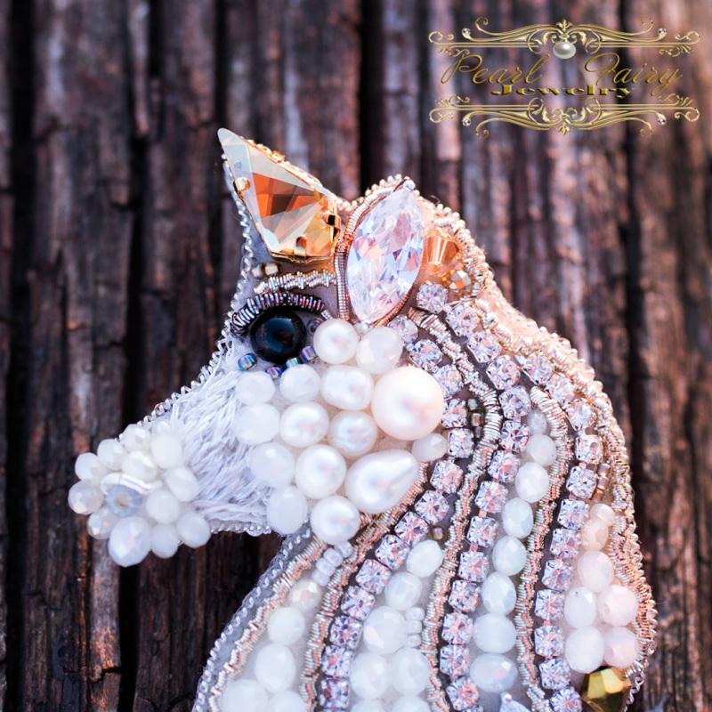 Брошь Единорог с кристаллами Swarovski и жемчугом Белый Брошь, расшитая кристалла Гармаш Елена - фото 3