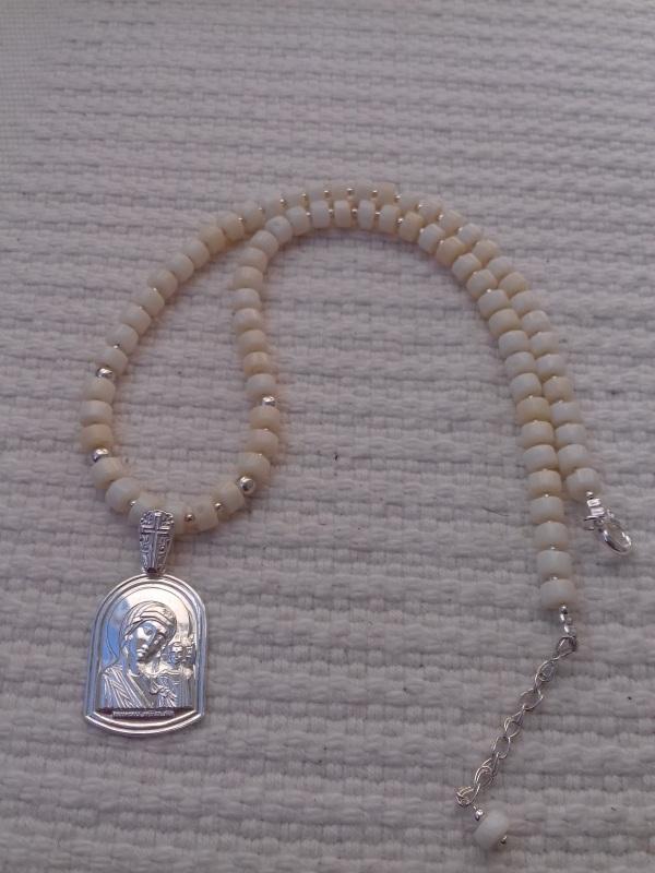 Ожерелье из белого коралла и серебряной подвеской Белый белый коралл, серебряная Колода Людмила - фото 2
