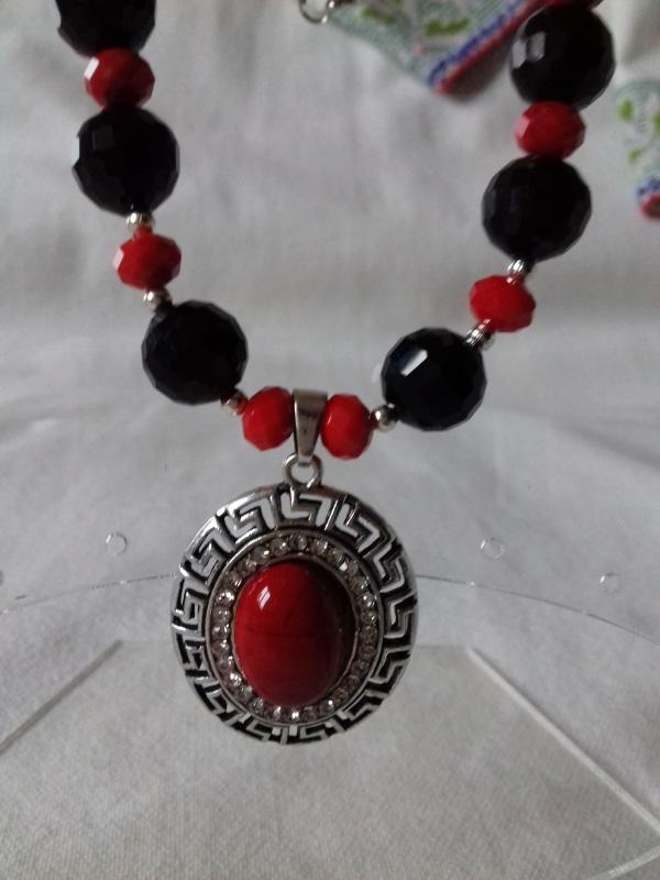 Комплект ожерелье и серьги красно черные с подвеской Разноцветный агат Колода Людмила - фото 1
