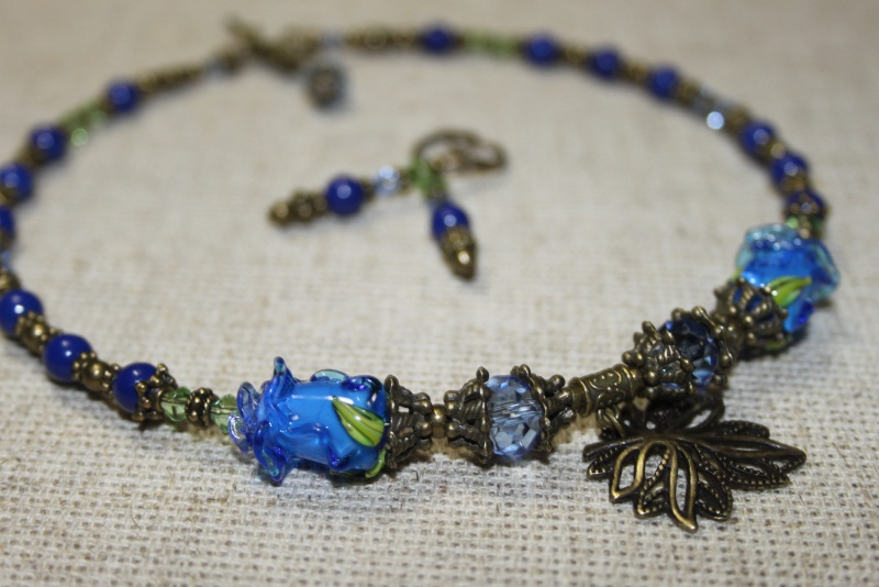 """Мини ожерелье """"Голубые розы""""  Хрусталь, бусин-розы из м Шкварок Наталья - фото 1"""