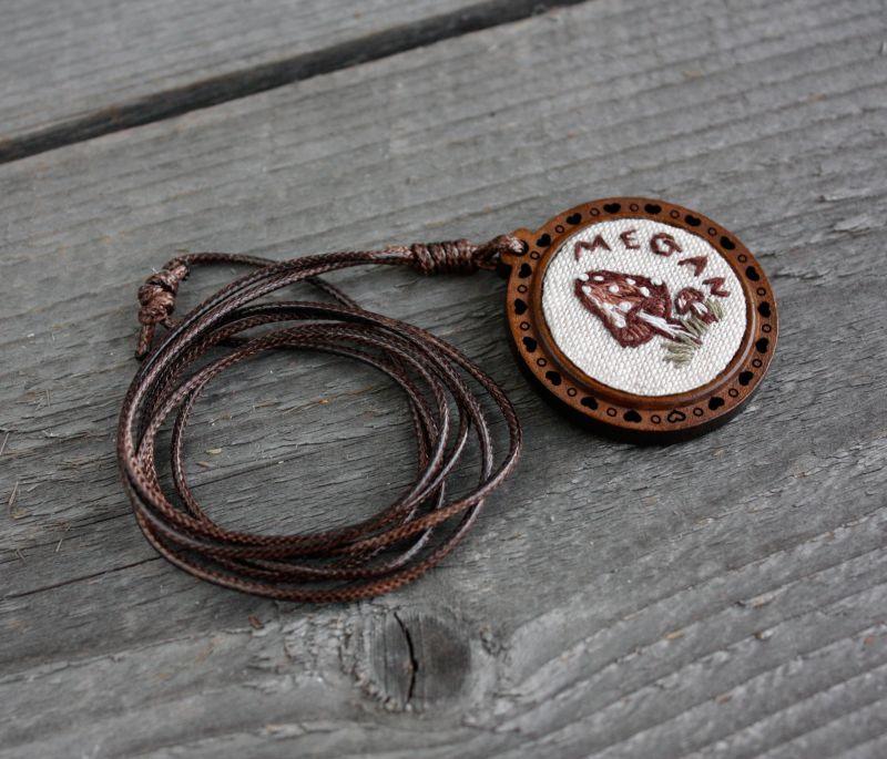 Длинный кулон на шнуре Коричневый кулон гриб Кулон с мухомором именной подарок Коричневый ручная вышивка, лен, дере Коцкулич Татьяна - фото 3