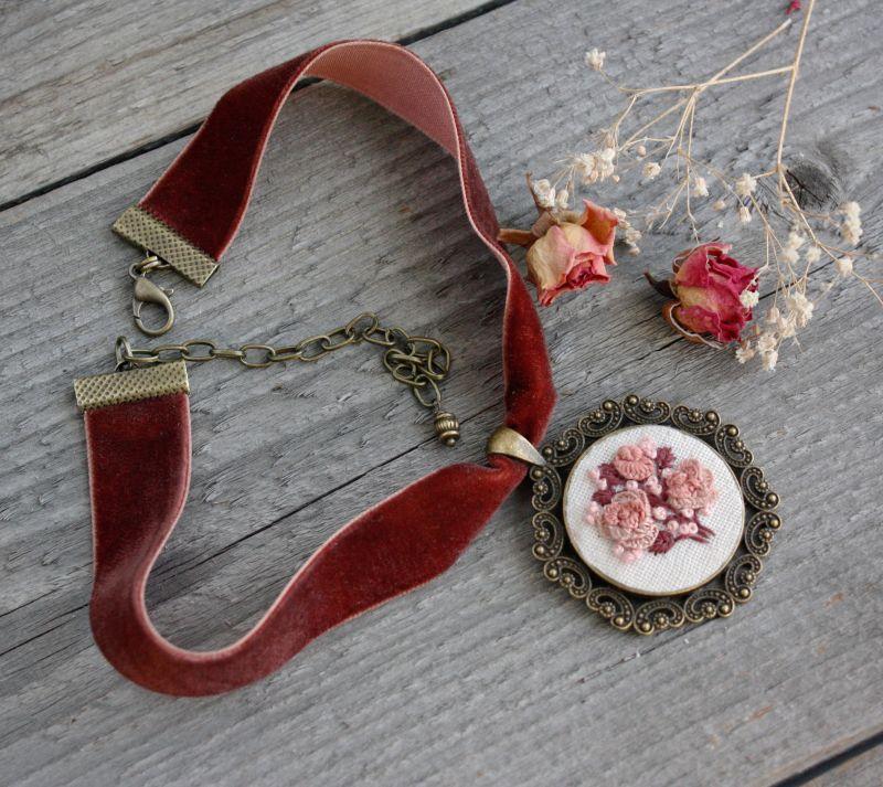 Нарядное колье на выпускной Розовый чокер на широкой ленте с кулоном Подарок на 8 марта Розовый бархатная лента, фурнитур Коцкулич Татьяна - фото 4