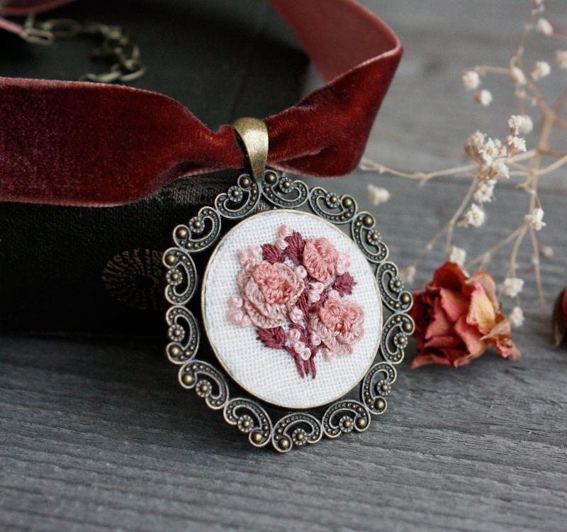 Нарядное колье на выпускной Розовый чокер на широкой ленте с кулоном Подарок на 8 марта Розовый бархатная лента, фурнитур Коцкулич Татьяна - фото 1