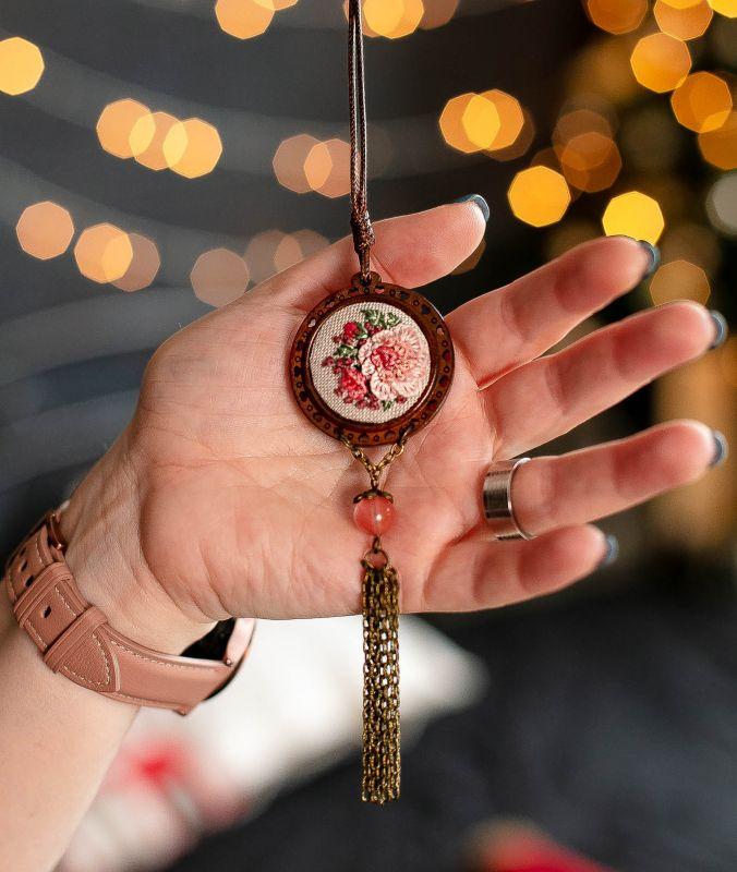 Розовый кулон бохо Длинный кулон на кожаном шнуре с кисточкой Подарок на 8 марта Розовый ручна вишивка, льон, дере Коцкулич Татьяна - фото 1