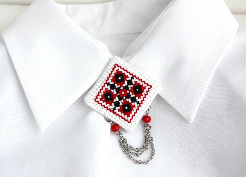 Брошь под воротник Красный шиповник Красный Бусины из чешского стекла Коцкулич Татьяна - фото 1