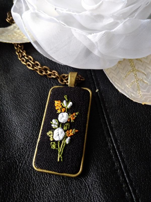 Кулон Белые розы Черный металлическая фурнитура п Кримовская София - фото 1