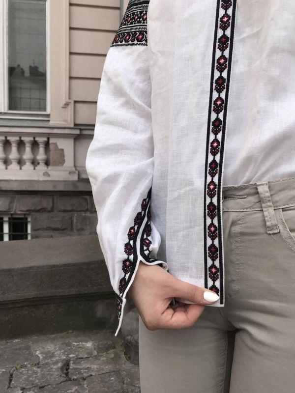 Эксклюзивная вышивка с черно-красной геометрической давней вышивкой Белый Ткань - 100% лен, вышивка Мацигин Наталья - фото 3