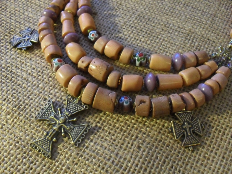 Белый камень  Коралл, латунные кресты Мазурок Елена - фото 1