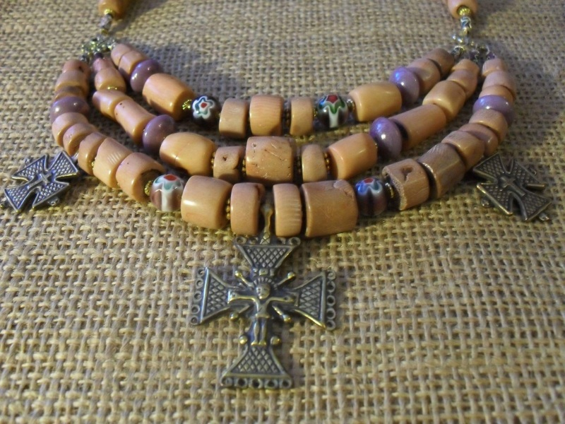Белый камень  Коралл, латунные кресты Мазурок Елена - фото 2
