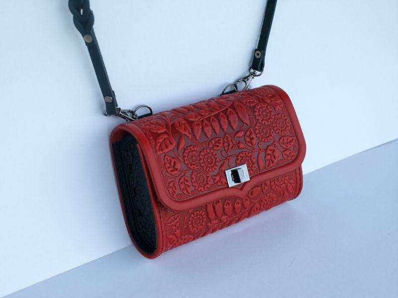 Кожаная сумка клатч Колокольчики красного цвета с теснением Красный кожа Менчак Ирина - фото 1