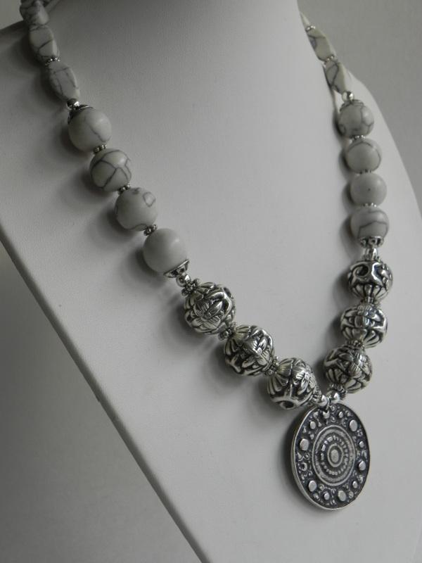 Ожерелье с ховлита Белый Бусины ховлиту, фурнитура Миронович Роксолана - фото 2