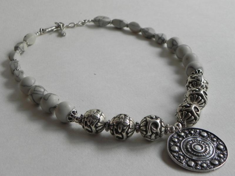 Ожерелье с ховлита Белый Бусины ховлиту, фурнитура Миронович Роксолана - фото 1