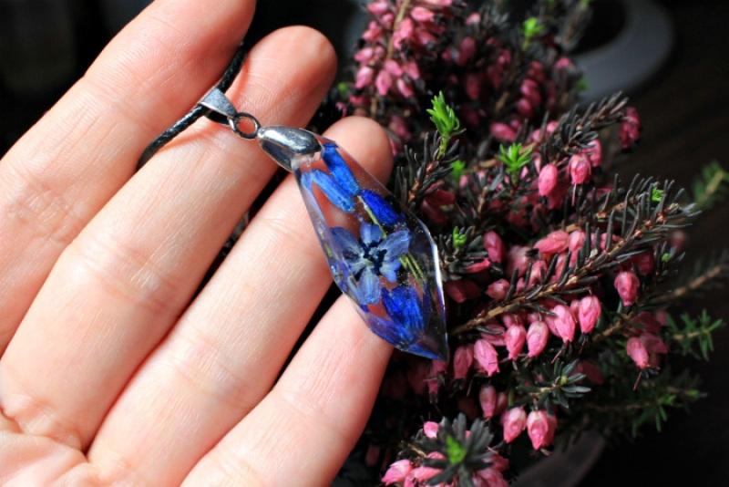 Кулон с пролесками на шнурке Синий Ювелирная смола, настоящи Новицкая Ольга - фото 2