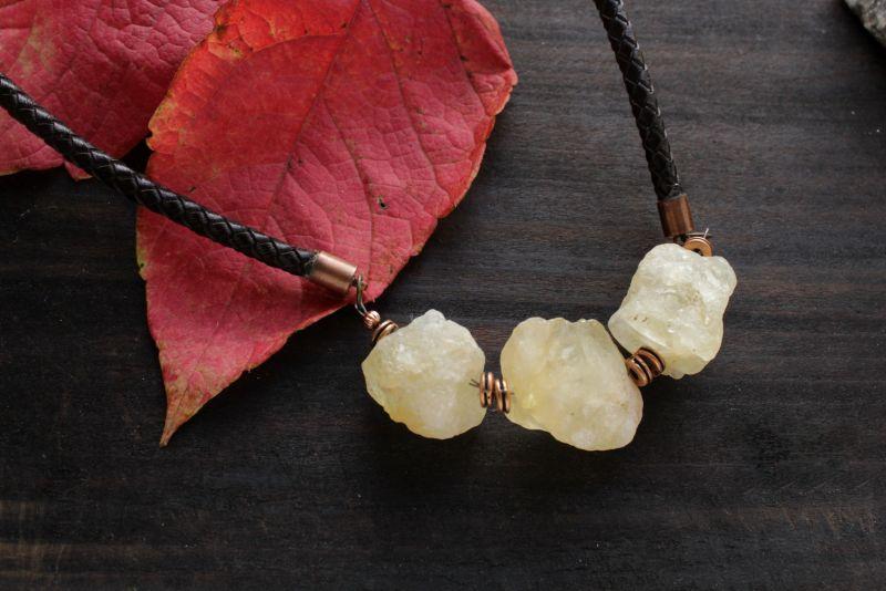 Ожерелье из необработанного камня на кожаном шнуре Черный кальцит, кожаный шнур, фу Олейник Наталья - фото 1