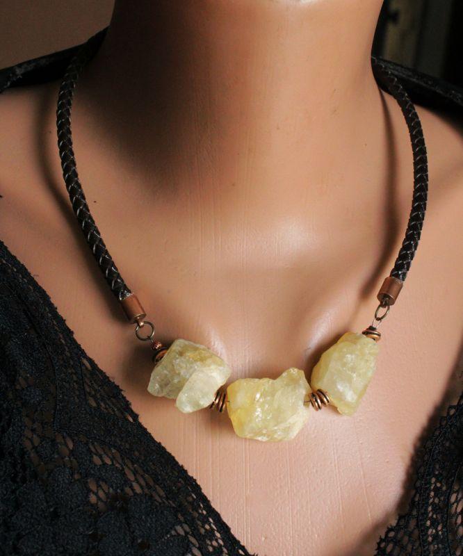 Ожерелье из необработанного камня на кожаном шнуре Черный кальцит, кожаный шнур, фу Олейник Наталья - фото 3