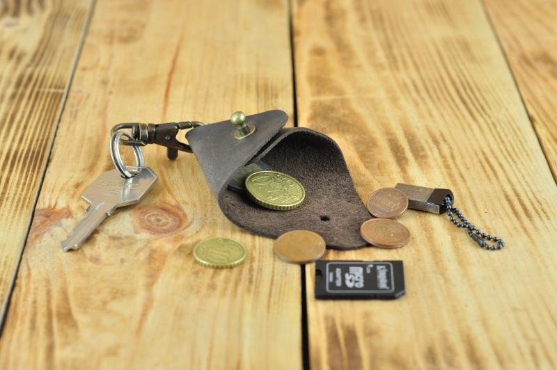 Кожаный брелок на ключ темно коричневого цвета  кожа, Натуральная кожа, и Онищенко Виталина - фото 1