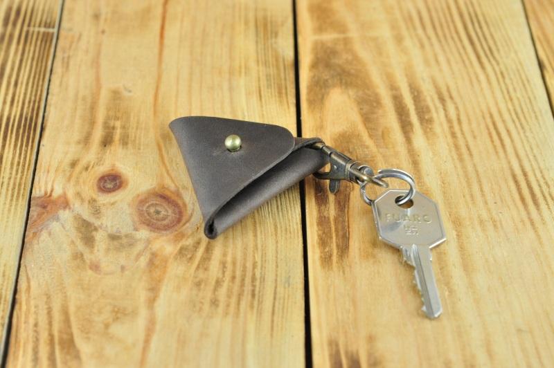 Кожаный брелок на ключ темно коричневого цвета  кожа, Натуральная кожа, и Онищенко Виталина - фото 3