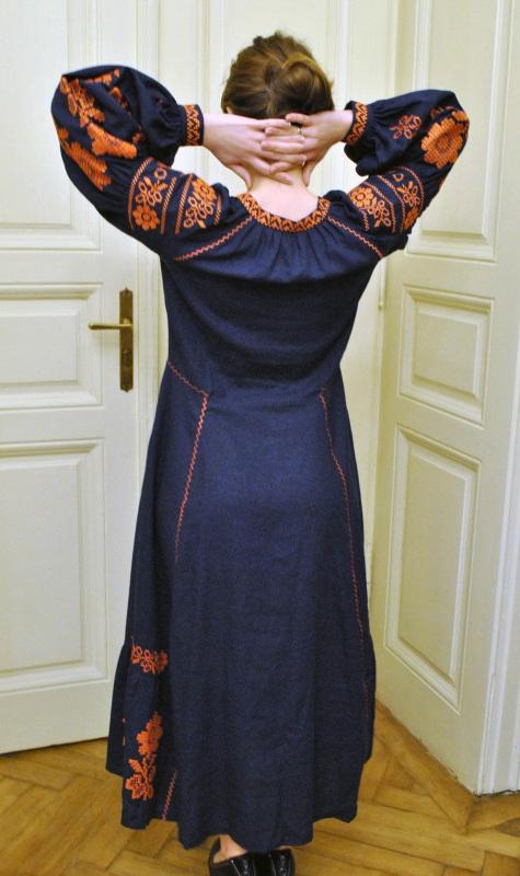 Стильное женское бохо платье на синем льне с оранжевыми цветами Синий натуральный лен Салдан Галина - фото 3