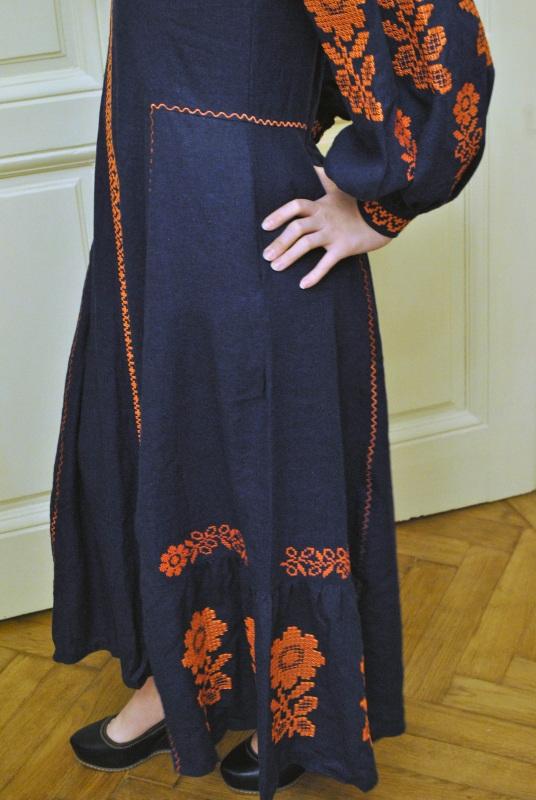 Стильное женское бохо платье на синем льне с оранжевыми цветами Синий натуральный лен Салдан Галина - фото 4