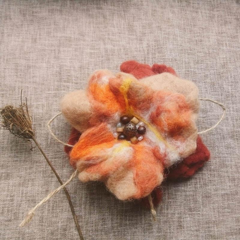 Осенний цветок-брошь из шерсти Оранжевый шерсть в оранжевых оттенк Творческая мастерская Рыбка - фото 1