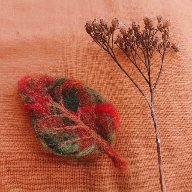 Осенний листочек-брошь из шерсти Красный шерсть в осенних тонах и Творческая мастерская Рыбка - фото 1